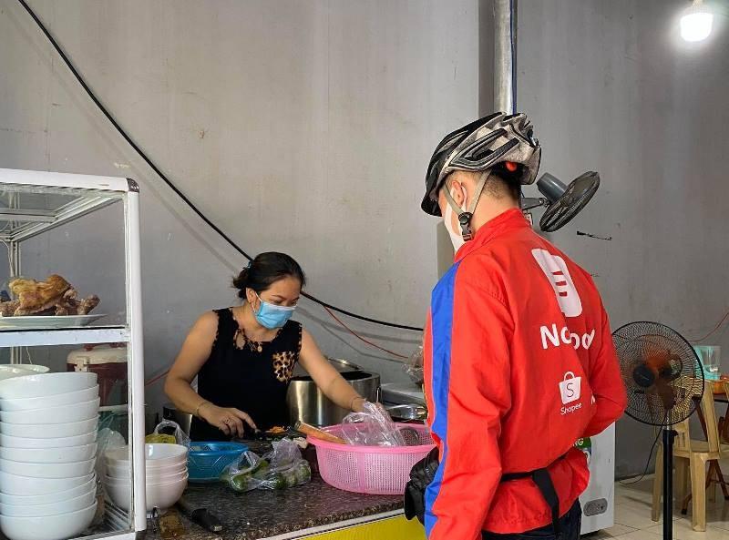 Người dân Đà Nẵng hồ hởi đi mua đồ ăn mang về - ảnh 3