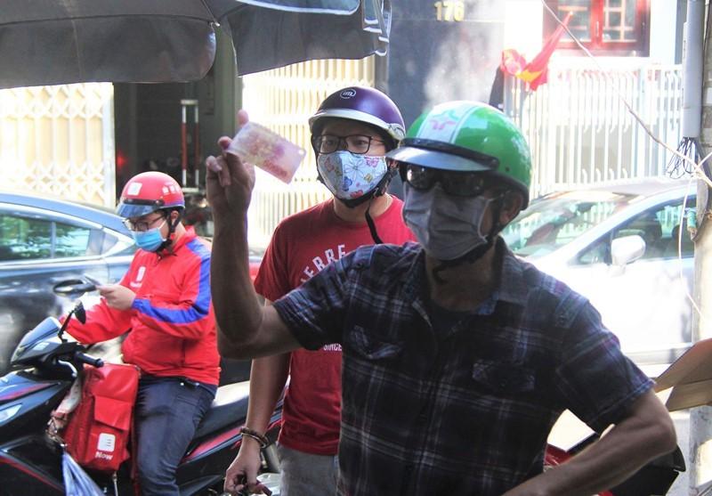 Người dân Đà Nẵng hồ hởi đi mua đồ ăn mang về - ảnh 4