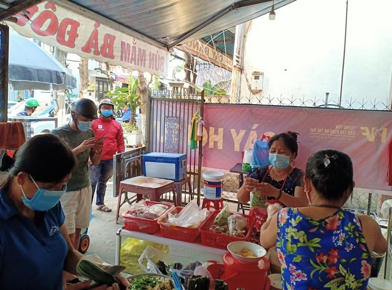 Người dân Đà Nẵng hồ hởi đi mua đồ ăn mang về - ảnh 6