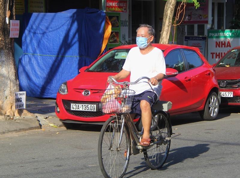 Người dân Đà Nẵng hồ hởi đi mua đồ ăn mang về - ảnh 7