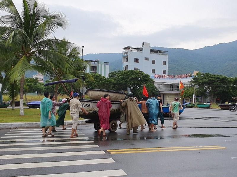 Ngư dân Đà Nẵng đội mưa kéo thuyền thúng chạy bão số 5 - ảnh 3