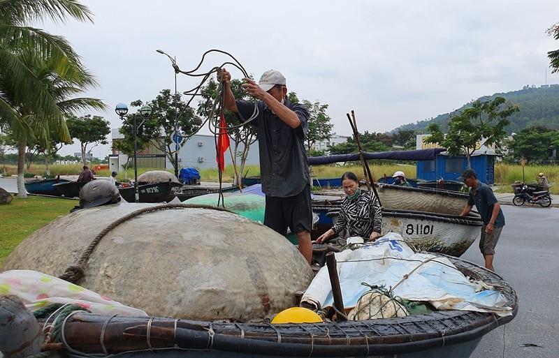 Ngư dân Đà Nẵng đội mưa kéo thuyền thúng chạy bão số 5 - ảnh 4