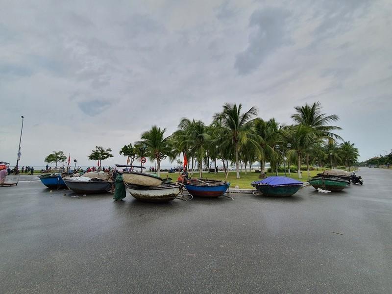 Ngư dân Đà Nẵng đội mưa kéo thuyền thúng chạy bão số 5 - ảnh 9