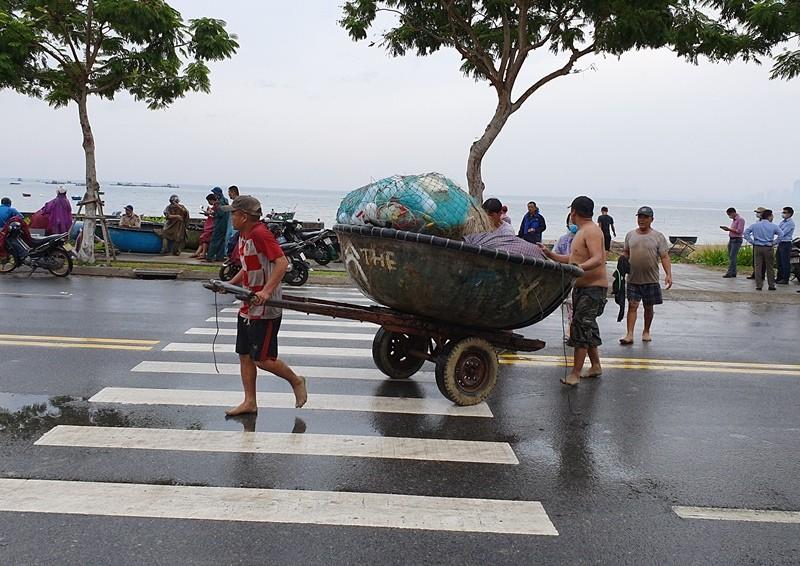 Ngư dân Đà Nẵng đội mưa kéo thuyền thúng chạy bão số 5 - ảnh 5