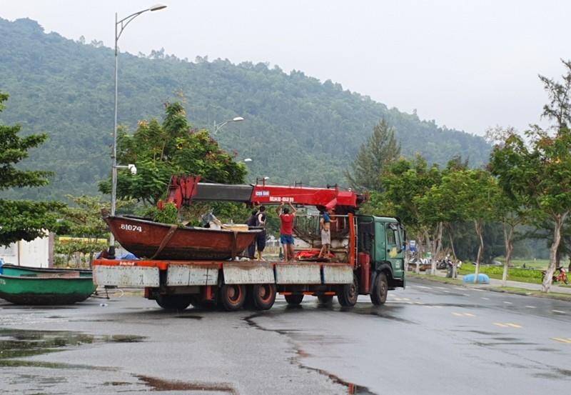 Ngư dân Đà Nẵng đội mưa kéo thuyền thúng chạy bão số 5 - ảnh 6