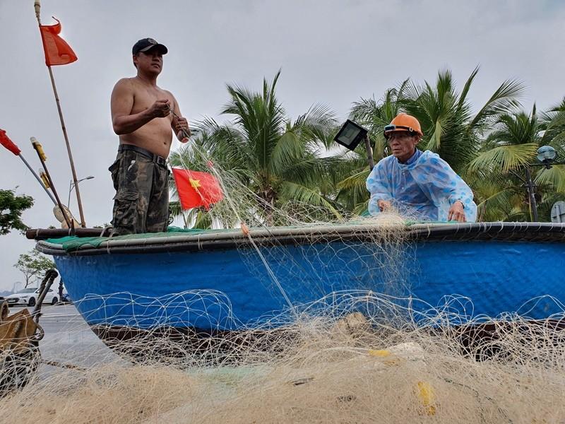 Ngư dân Đà Nẵng đội mưa kéo thuyền thúng chạy bão số 5 - ảnh 7