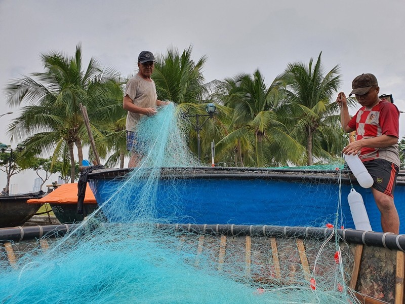 Ngư dân Đà Nẵng đội mưa kéo thuyền thúng chạy bão số 5 - ảnh 8