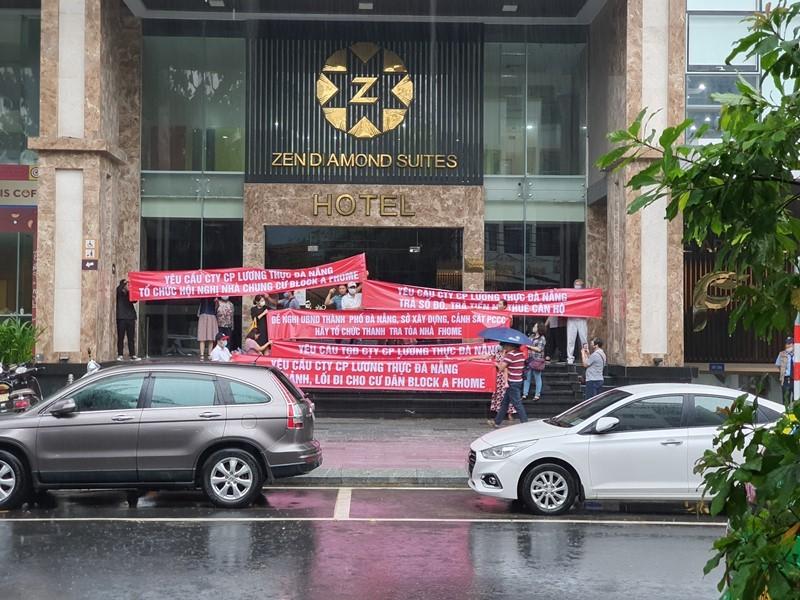 Khách hàng đội mưa đòi sổ hồng tại chung cư cao cấp - ảnh 1