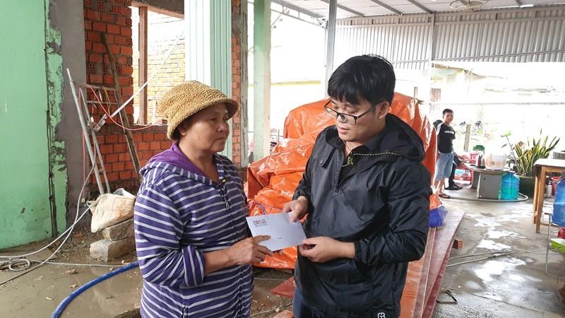 Trao 70 triệu đồng cho bà con Duy Xuyên dựng lại nhà sau bão   - ảnh 5