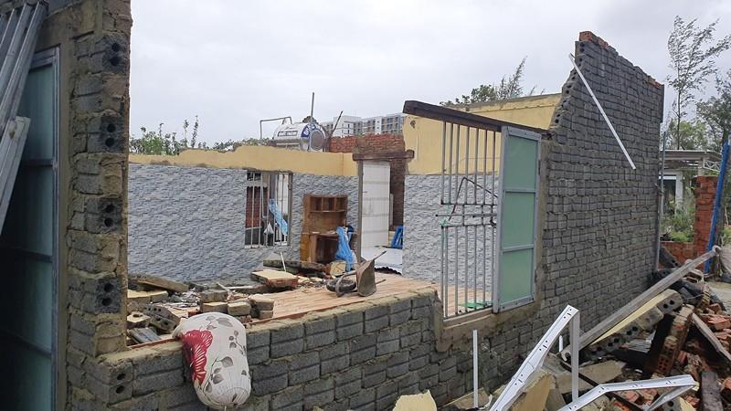 Trao 70 triệu đồng cho bà con Duy Xuyên dựng lại nhà sau bão   - ảnh 7