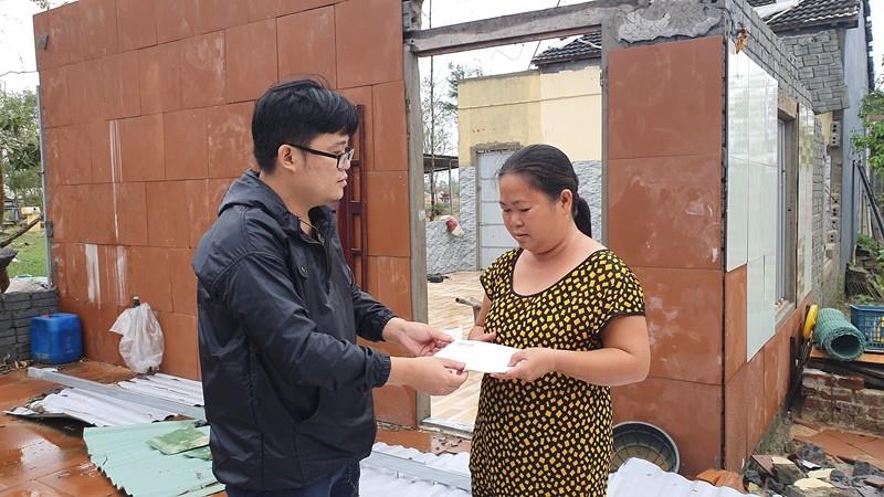 Trao 70 triệu đồng cho bà con Duy Xuyên dựng lại nhà sau bão   - ảnh 8