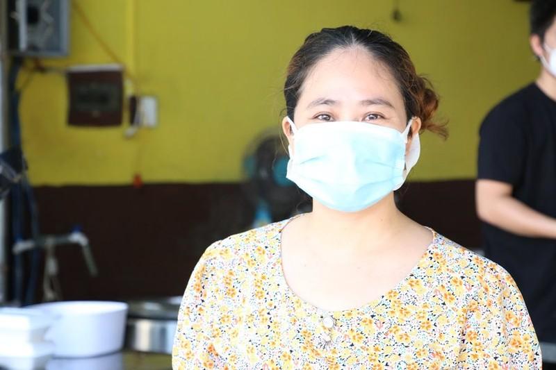 Hàng quán được bán mang về, Đà Nẵng tấp nập ngày đầu mở cửa lại - ảnh 2