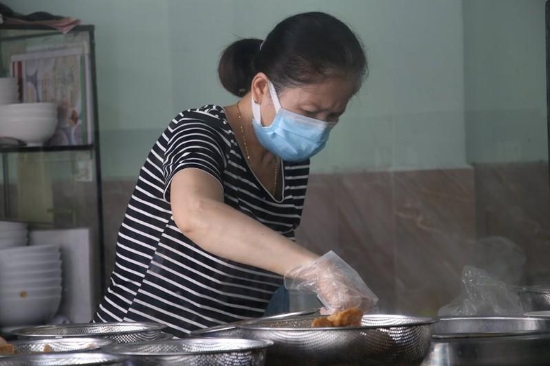 Hàng quán được bán mang về, Đà Nẵng tấp nập ngày đầu mở cửa lại - ảnh 4