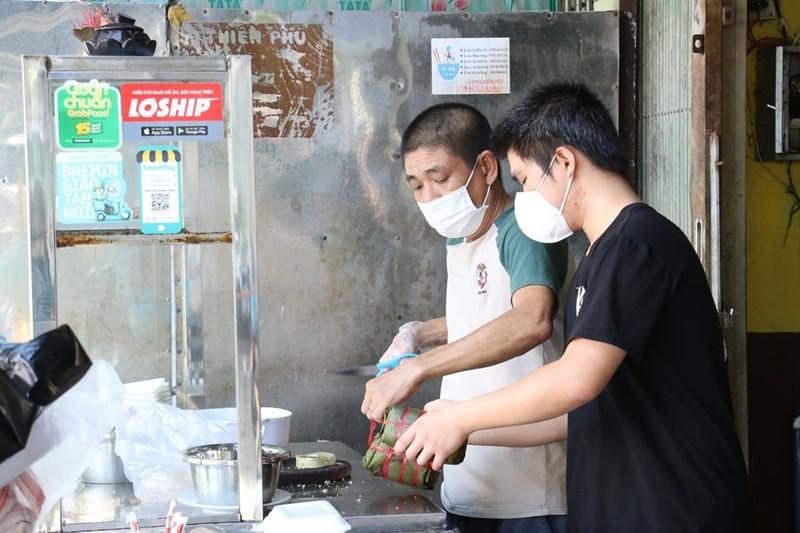 Hàng quán được bán mang về, Đà Nẵng tấp nập ngày đầu mở cửa lại - ảnh 3