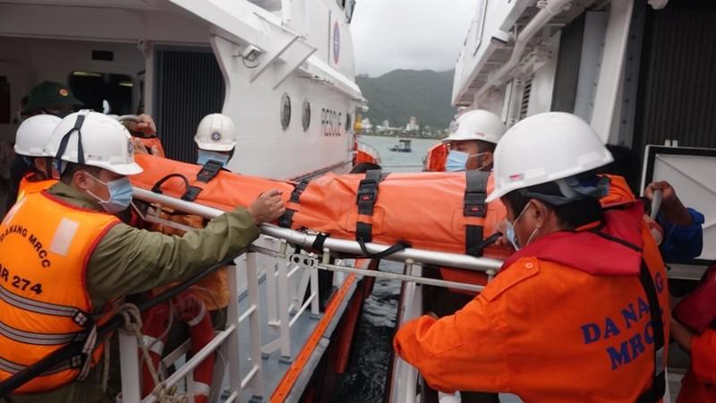 Vượt sóng lớn cứu ngư dân bị tai nạn bất tỉnh trên tàu cá sắp chìm - ảnh 1