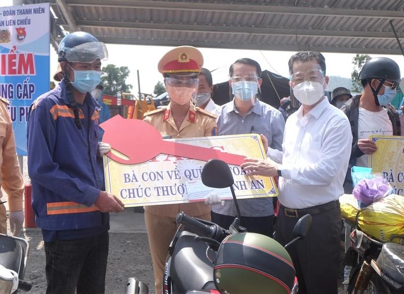Bí thư Đà Nẵng thăm hỏi, trao xe máy mới cho người dân về quê - ảnh 2