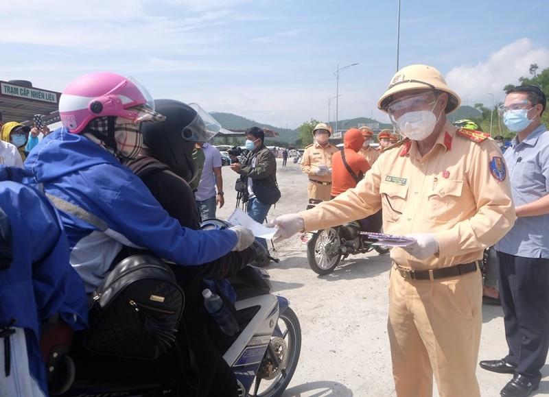 Bí thư Đà Nẵng thăm hỏi, trao xe máy mới cho người dân về quê - ảnh 3