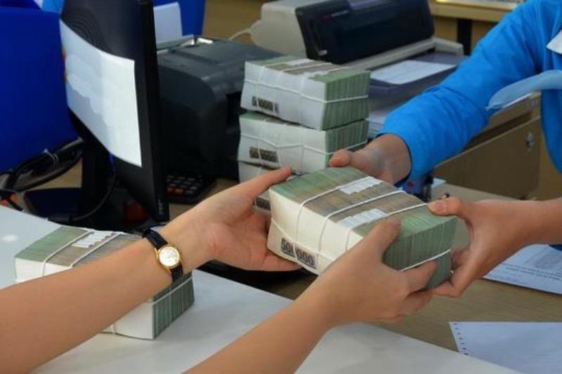 Ngân hàng tư nhân mạnh tay tăng lãi suất để thu hút tiền - ảnh 1