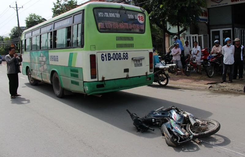 Cố vượt đèn vàng, xe buýt kéo lê nạn nhân tử vong - ảnh 1