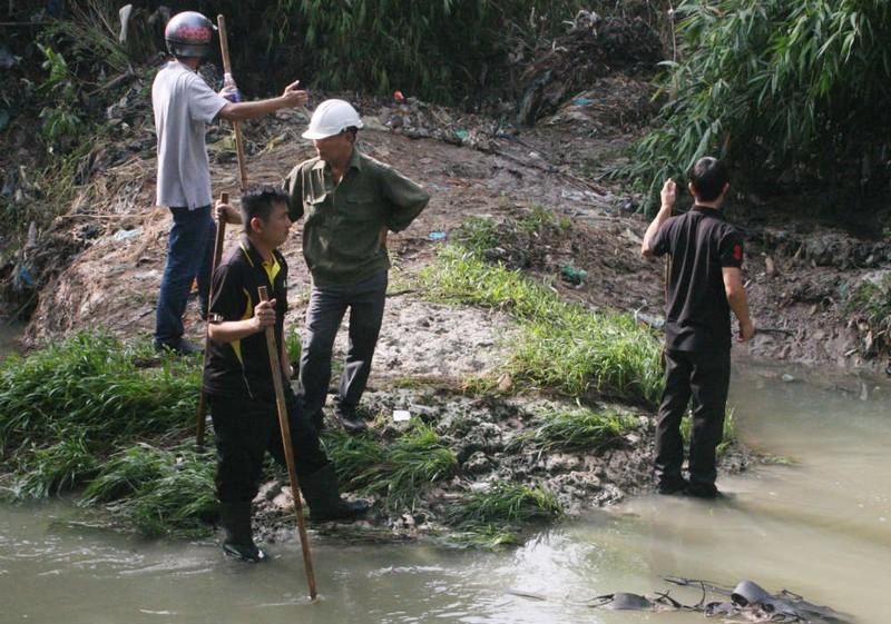 Lật cống, mở rộng khu vực tìm bé trai bị nước cuốn  - ảnh 4