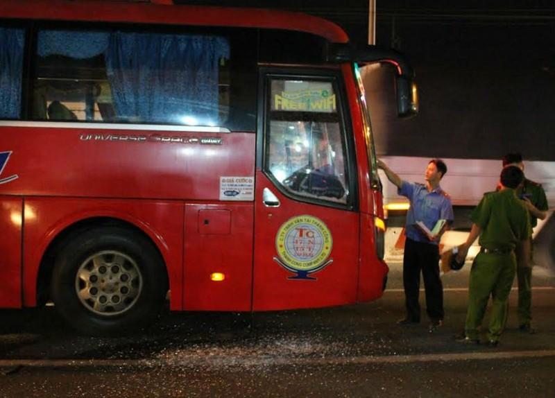 Nhóm giang hồ chặn xe khách, hăm dọa tài xế - ảnh 1