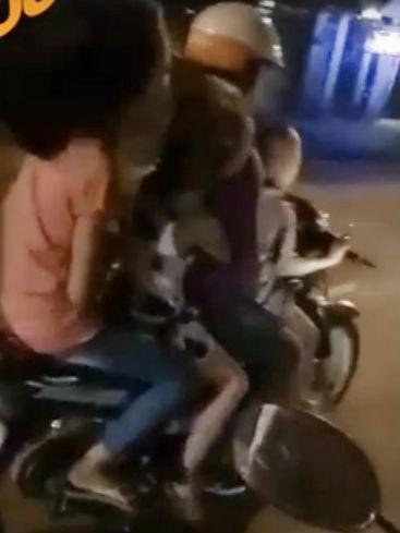 Kinh hãi bé 5 tuổi đi xe máy chở 4 nẹt pô ầm đường - ảnh 1