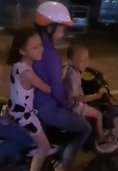 Kinh hãi bé 5 tuổi đi xe máy chở 4 nẹt pô ầm đường - ảnh 2