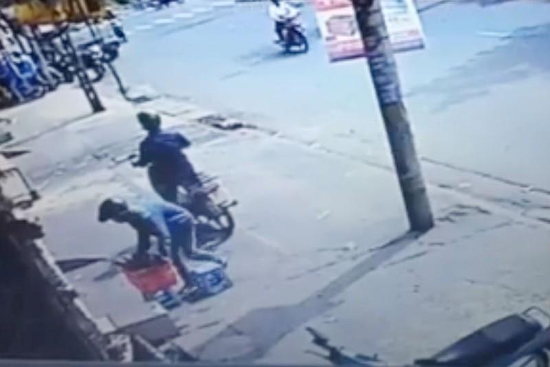 2 thanh niên 'đóng kịch' để trộm rổ chén đĩa  - ảnh 1