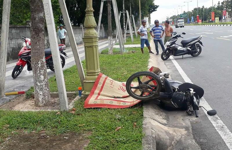 Xe máy tông thẳng cột đèn, người đàn ông chết tại chỗ - ảnh 1