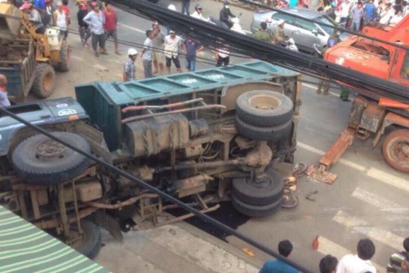 Lật xe tải chở đá đè chết người bán vé số - ảnh 1