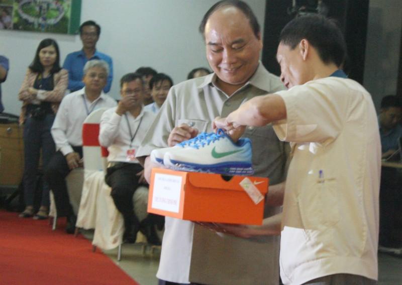 Thủ tướng ăn cơm tập thể cùng hàng trăm công nhân - ảnh 1