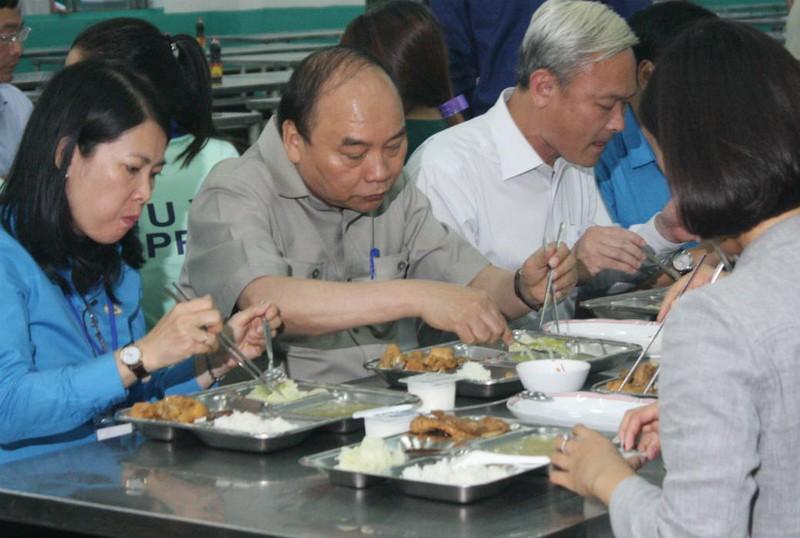 Thủ tướng ăn cơm tập thể cùng hàng trăm công nhân - ảnh 2