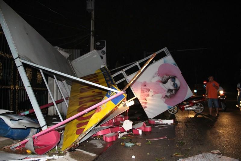Ảnh hưởng của bão làm tốc mái 18 căn nhà ở Bình Dương - ảnh 2