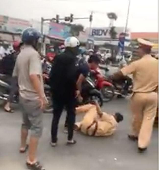 3 anh em tấn công CSGT vì bị nhắc không đội mũ bảo hiểm - ảnh 1