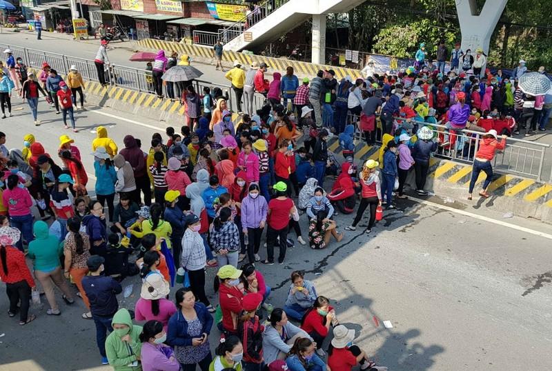 Hàng ngàn công nhân tràn ra quốc lộ phản đối lương - ảnh 1