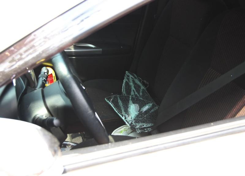 Đập kính ô tô đậu giữa sân siêu thị trộm tài sản - ảnh 1