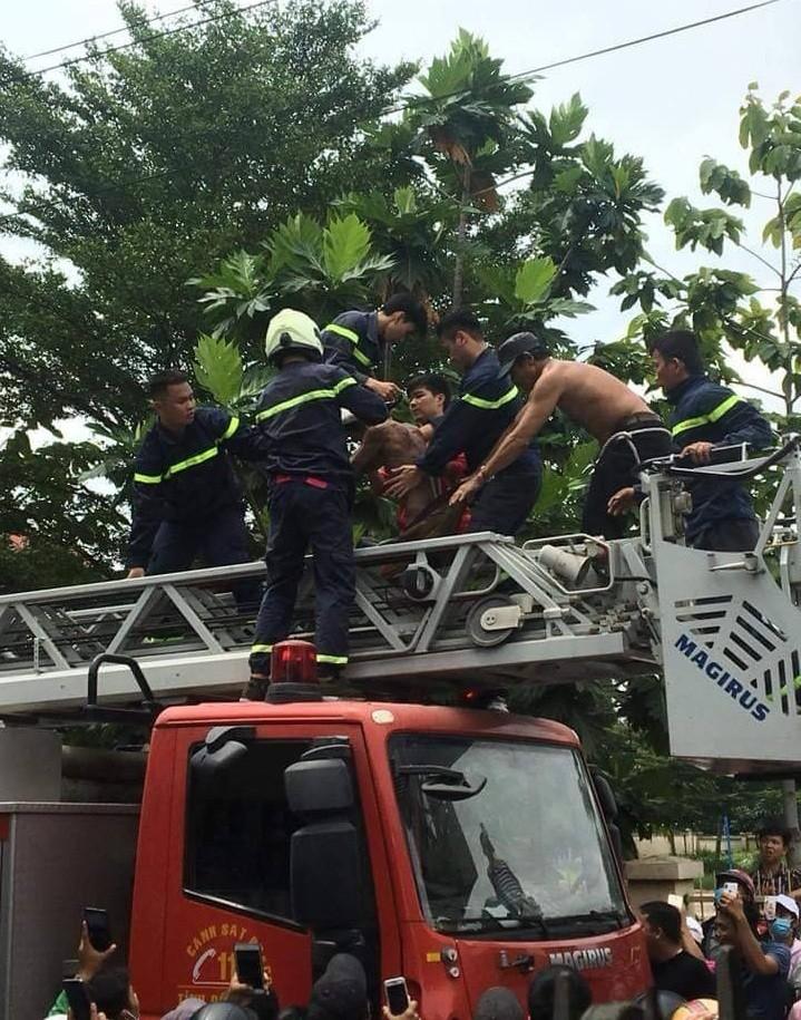 Gần 3 giờ giải cứu nam thanh niên nhảy múa trên mái nhà - ảnh 1