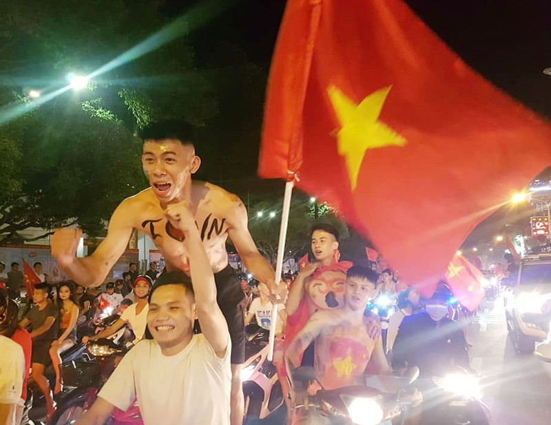 Đồng Nai: Pháo hoa bắn rực trời đêm chiến thắng của Olympic VN - ảnh 3