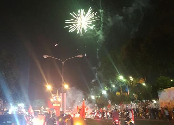 Đồng Nai: Pháo hoa bắn rực trời đêm chiến thắng của Olympic VN - ảnh 2