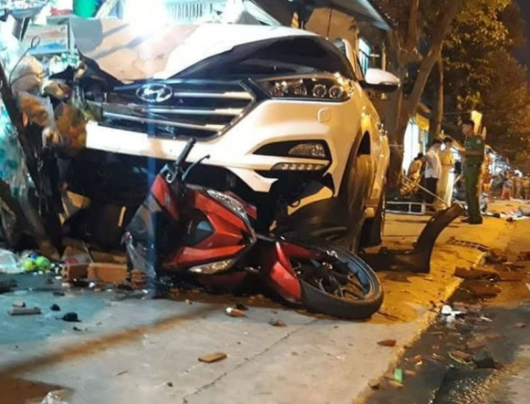 Ô tô lao vỉa hè gây tai nạn kinh hoàng, 6 người thương vong - ảnh 1