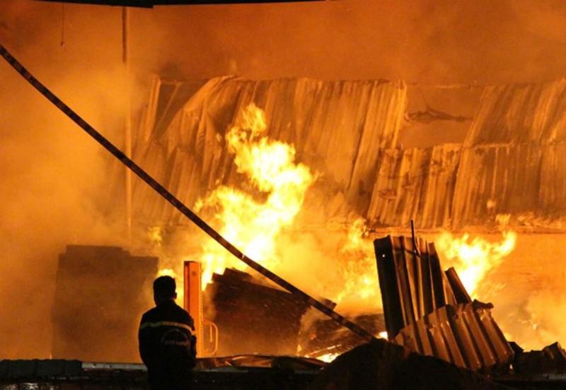 'Biển lửa' bao trùm công ty gỗ ở Bình Dương - ảnh 1