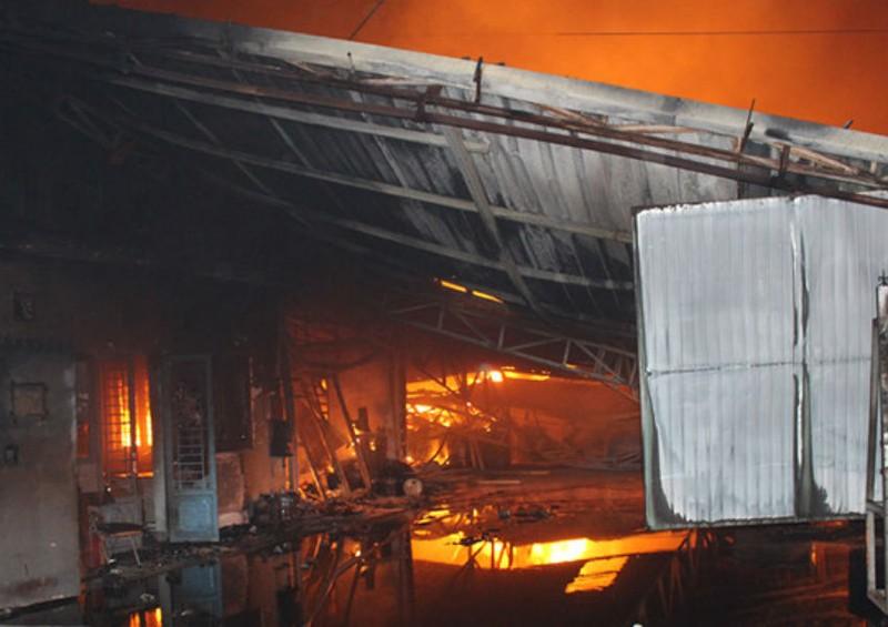 Cháy, nổ lớn xưởng gỗ hàng ngàn mét vuông ở Đồng Nai - ảnh 1