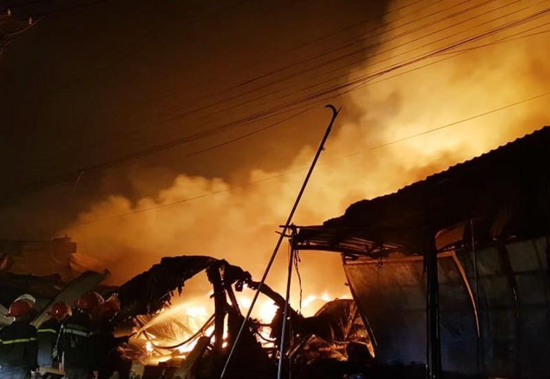 Cháy, nổ lớn xưởng gỗ hàng ngàn mét vuông ở Đồng Nai - ảnh 2