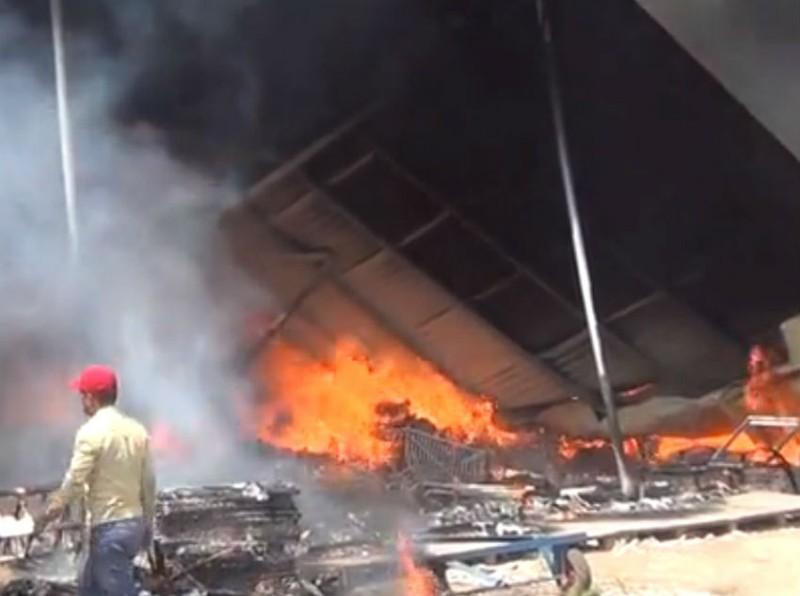 Cháy dữ dội xưởng sản xuất đệm mút ở Bình Dương - ảnh 1