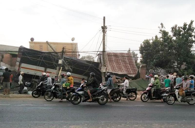 Đồng Nai: Xe tải tông 5 nhà dân, 2 người chết tại chỗ - ảnh 1