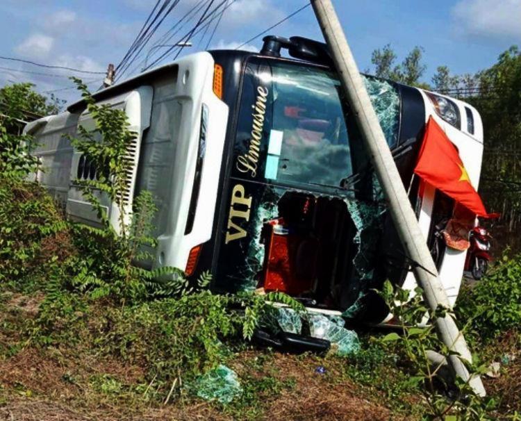 Xe ô tô khách lật nhào, 40 hành khách kêu cứu - ảnh 1