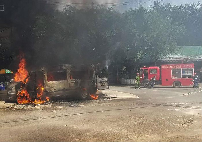 Xe khách bị thiêu rụi ở Đồng Nai - ảnh 1