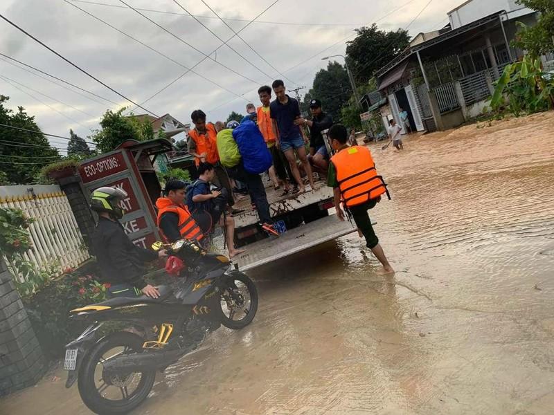 Cảnh sát giải cứu 6 người ở Đồng Nai mắc kẹt trong lũ - ảnh 1