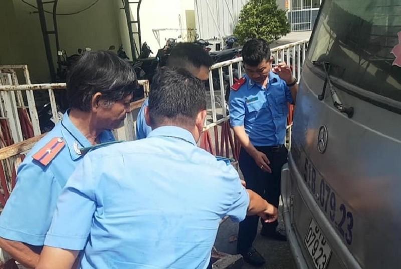 Kinh hãi 3 em học sinh lớp 1 văng lộn nhào từ xe ô tô đưa rước - ảnh 1