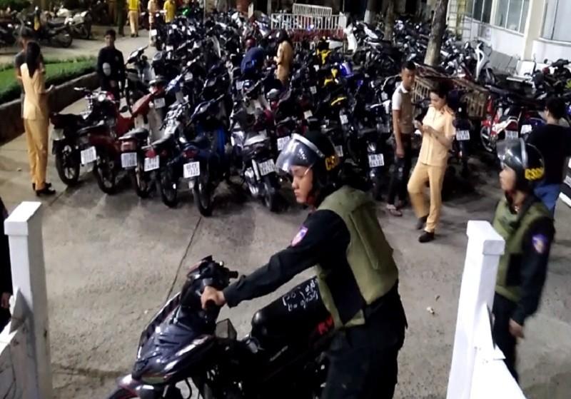 Giữ hơn 200 xe máy sau trận Việt Nam thắng Campuchia - ảnh 1